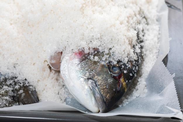 Dorades cuites au sel. poisson cuit.