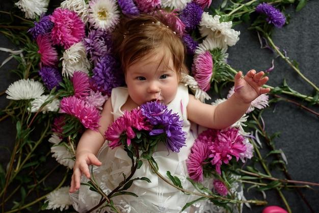 Dorlotez fille, dans, robe blanche, jouer, à, bouquet fleurs
