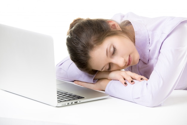 Dormir jeune employé tout en travaillant