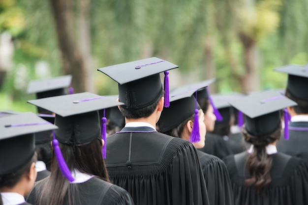 Dos des diplômés lors de l'entrée à l'université. diplômé à pied.