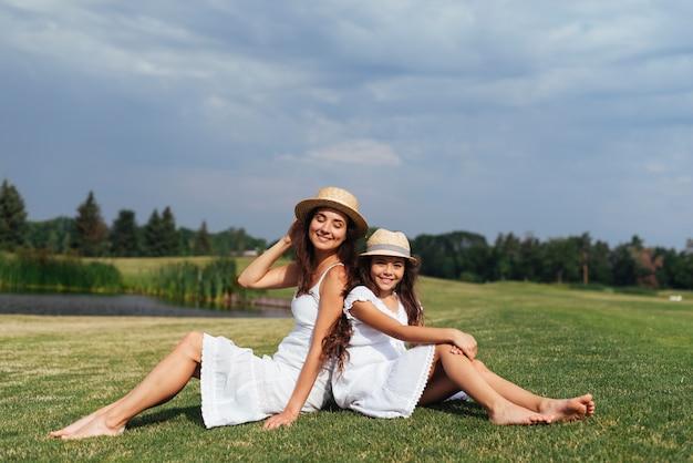 Dos à dos mère et fille en plein air