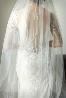 Dos de la mariée en robe de mariée