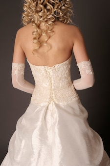 Dos de la mariée en robe de mariée.