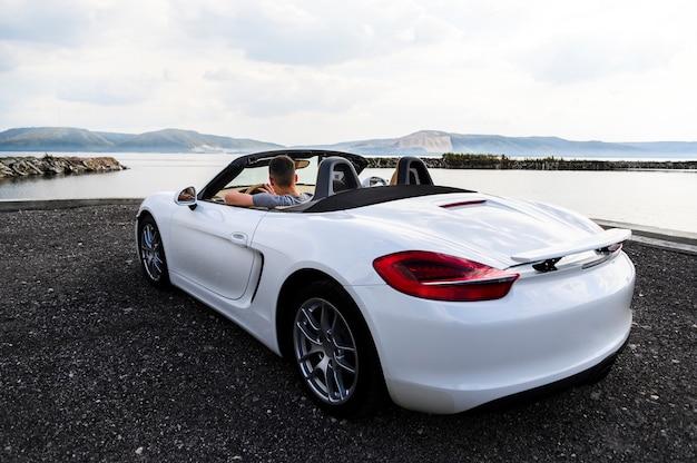Dos, voiture blanche