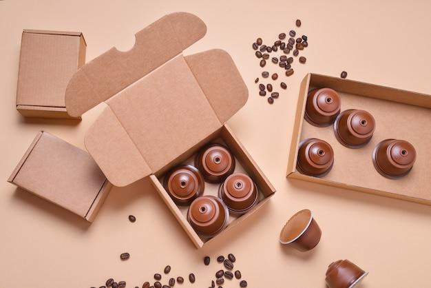 Dosettes de machine à café, capsules dans une boîte en carton marron