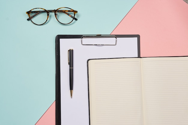 Dossier de bureau de documents pour les outils d'affaires de conception de studio de papiers