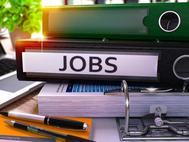 Dossier de bureau noir avec travaux d'inscription sur le bureau avec fournitures de bureau et ordinateur portable moderne. concept d'entreprise d'emplois sur fond flou. emplois - image teintée. 3d.