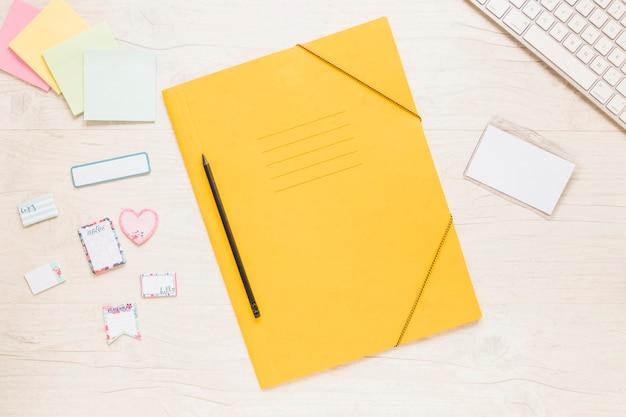 Dossier coloré avec des notes sur le bureau