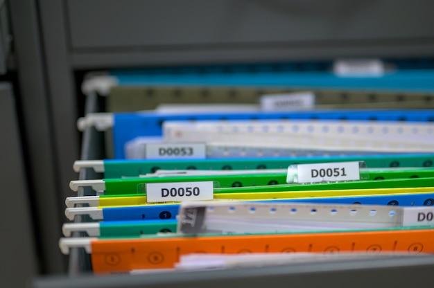 Dossier dans le classeur du bureau