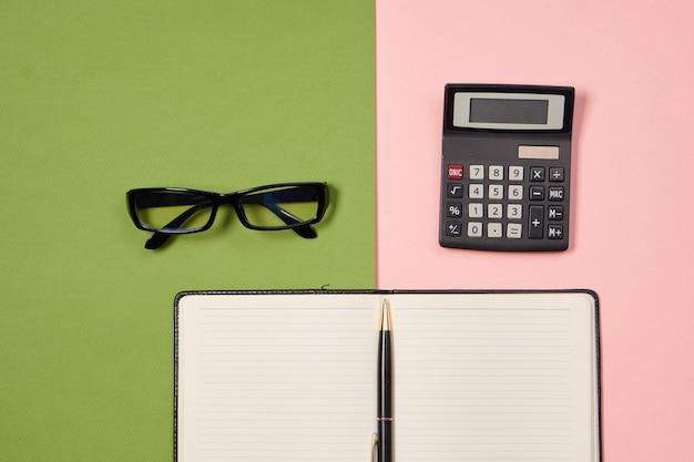Dossier de documents pour les outils d'affaires de papiers fond coloré de conception