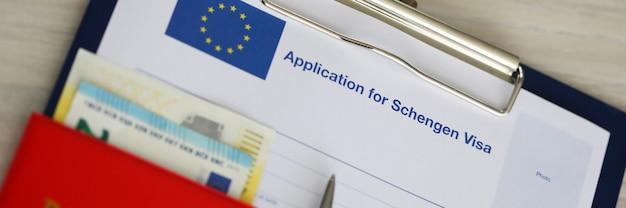 Dossier avec documents pour visa et passeport