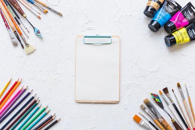 Dossier entouré de matériel de peinture