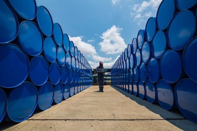 Dossier d'inspection des travailleurs masculins barils de stock d'huile de tambour bleu horizontal ou chimique pour l'industrie