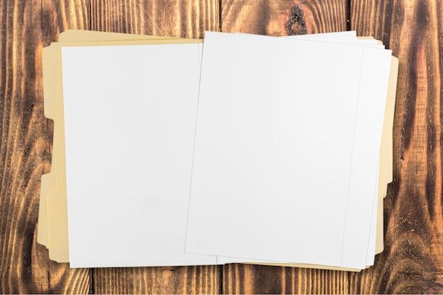 Dossier jaune avec des papiers isolés