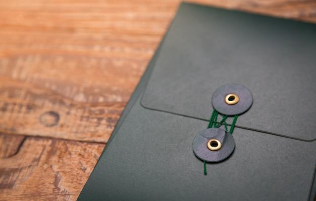Dossier sombre sur une table en bois close up