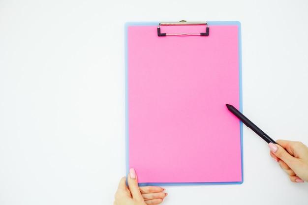 Dossier vierge avec du papier rose.