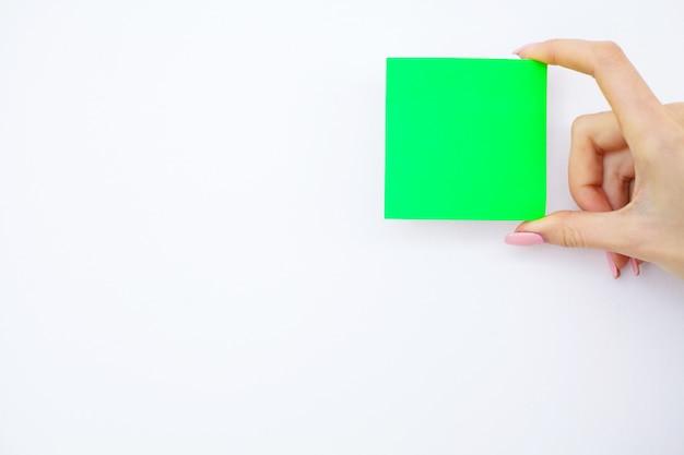 Dossier vierge avec du papier vert. remettez le dossier et la poignée sur un fond blanc