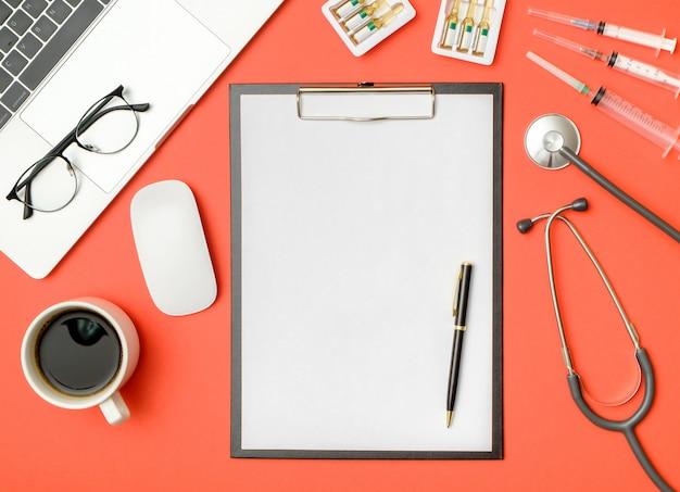 Dossier vierge avec équipement médical