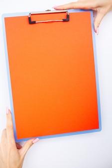 Dossier vierge avec plage de papier, main tenant le dossier et poignée sur blanc