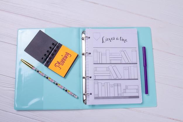 Dossier vue de dessus avec bloc-notes et crayon.