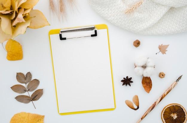 Dossier vue de dessus avec les feuilles d'automne