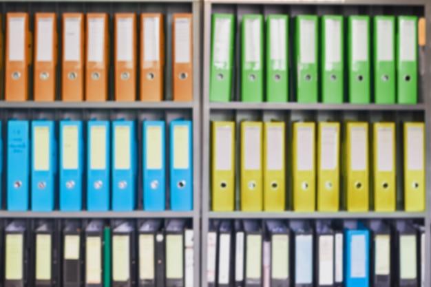 Dossiers de documents de bureau flou debout dans une rangée de sur le stockage de documents pour le fond