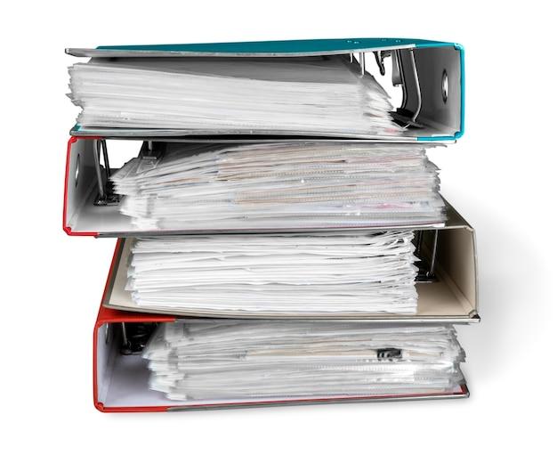 Dossiers de fichiers avec des documents sur fond blanc
