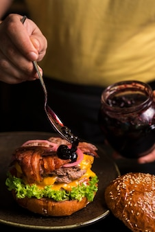 Double burger délicieux avec du fromage et du bacon