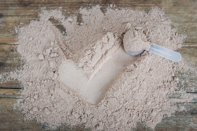 Double chocolat poudre de protéine de lactosérum scoop nutrition saine alimentation bodybuilding.