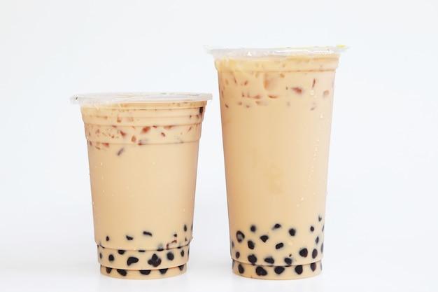 Double deux tasses de thé au lait glacé et bubbel boba taiwan style sur fond blanc, boisson fraîche populaire isolée en thaïlande