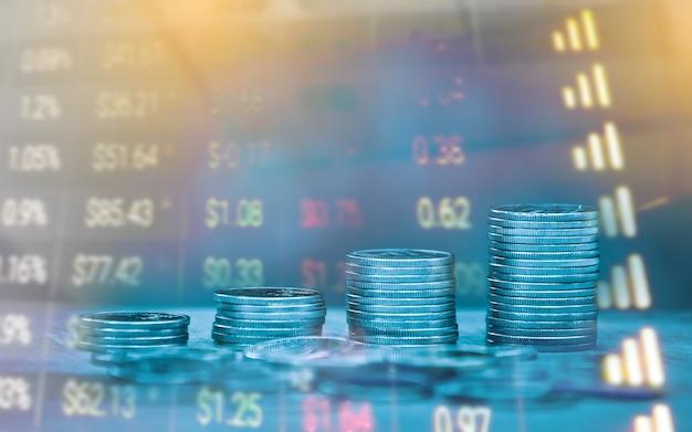 Double exposition du graphique financier à l'arrêt et des rangées de pièces pour le bureau des objectifs