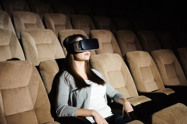 Double exposition d'une femme heureuse jouant des lunettes de casque de réalité virtuelle