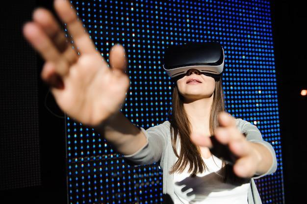 Double exposition d'une femme heureuse avec des lunettes de casque de réalité virtuelle