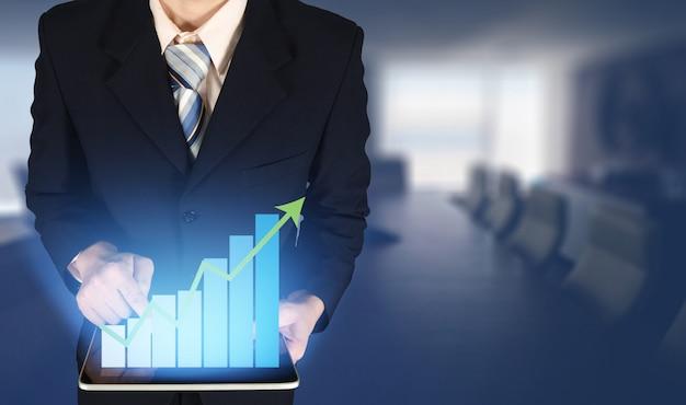 Double exposition, homme d'affaires touchant l'histogramme de la croissance sur le graphique financier