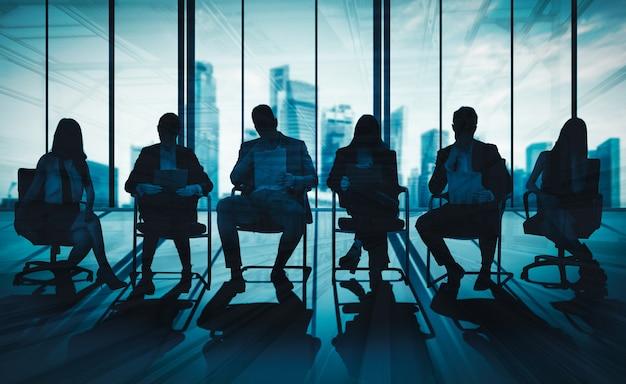Double exposition image de nombreux hommes d'affaires.