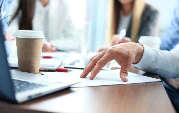 Double exposition de la main de l'homme d'affaires travaillant avec un nouvel ordinateur portable moderne