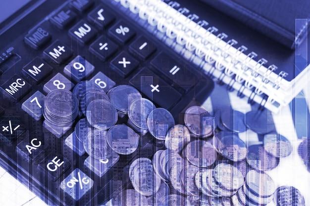 Double exposition de pile de pièces et papier graphique financier avec calculatrice, fond de ville