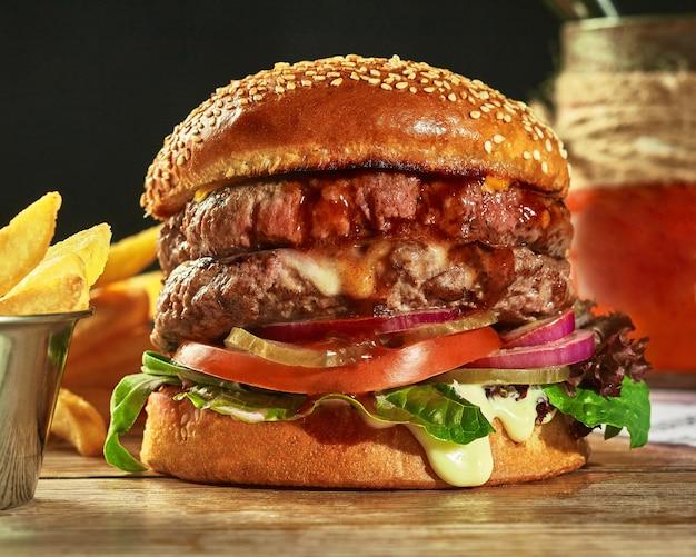 Double hamburger avec deux galettes cornichons tomates oignons verts