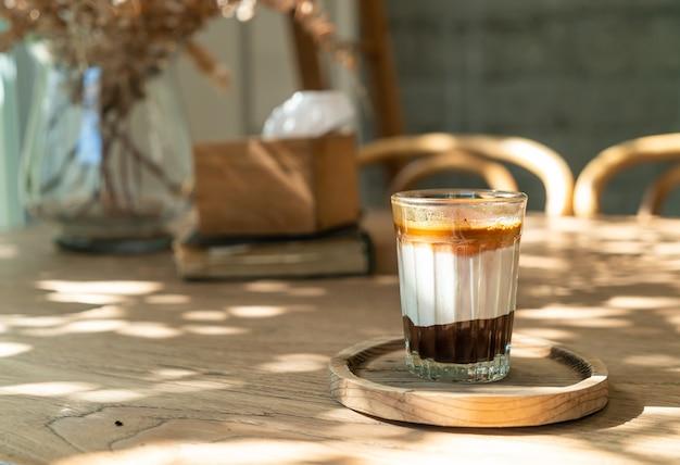 Double tasse de café sale (café expresso avec du lait et du chocolat) dans un café café