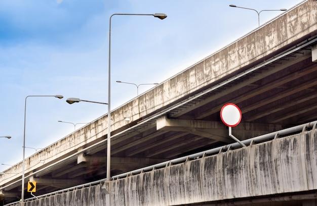 Double voie rapide ou voie express avec panneau sur ciel bleu