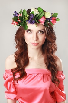 Douce apparence romantique de la fille avec une couronne