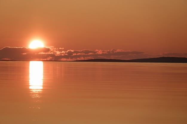 Douce aube sur la surface de la mer avant que le soleil n'apparaisse à l'horizon