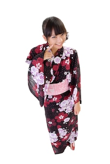 Douce fille japonaise avec des vêtements traditionnels, portrait en pied isolé sur blanc.