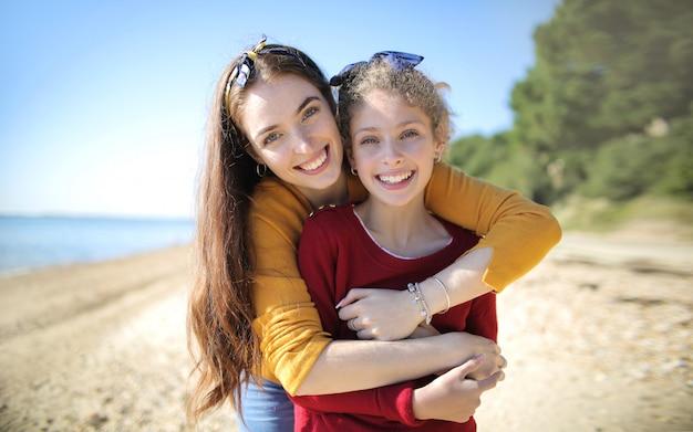 Douce mère embrassant sa fille à la plage
