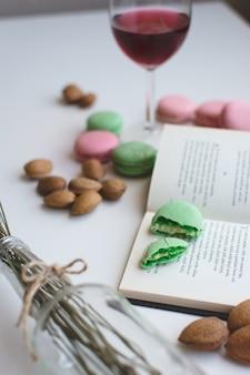 Douce pause avec des macarons et livre