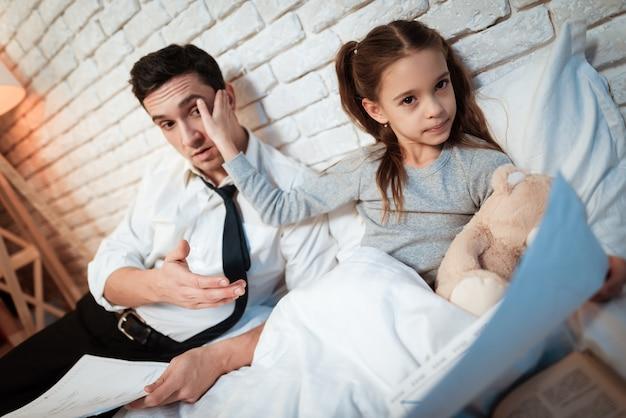 Douce petite fille n'écoute pas son père.