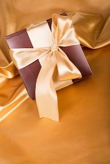 Douce surprise, joli cadeau - boîte brune avec des bonbons et du ruban doré