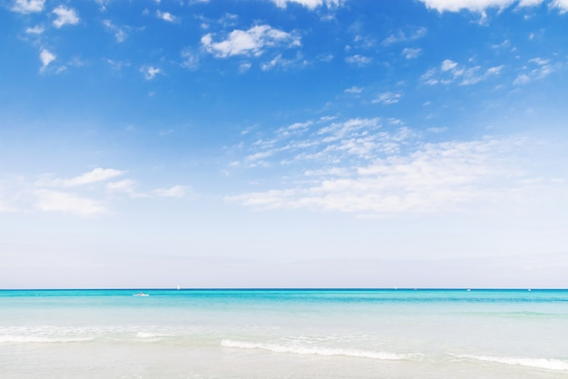 Douce vague de la mer des caraïbes sur la plage de sable de varadero. l'été paisible à cuba.