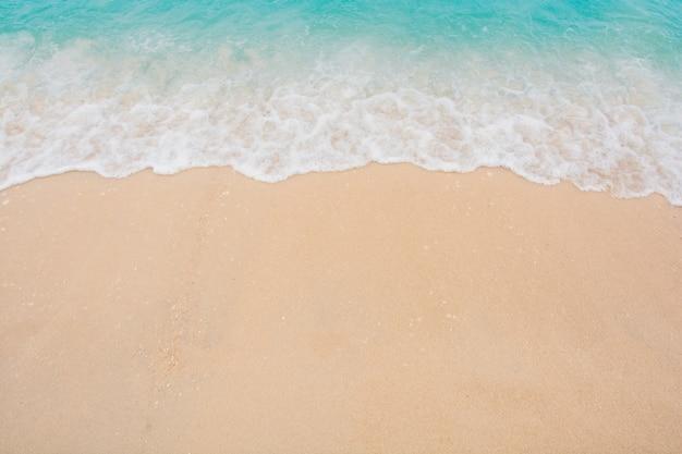 Douce vague de mer sur une plage de sable vide fond avec espace de copie