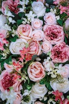 Douces roses dans le style de couleur pastel sur la texture de bokeh flou doux pour le fond.